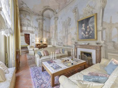Photo for Spacious Maggio Palace  apartment in Oltrarno with WiFi, integrated air conditioning & lift.