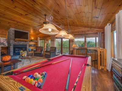 Two-story mountainview cabin w/ outdoor hot tub, pool table, two Jacuzzis