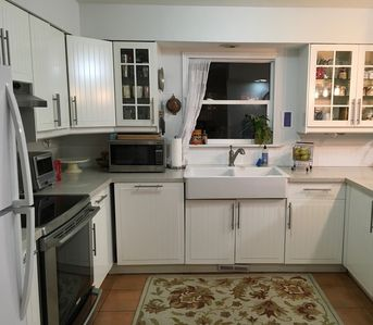Beautiful Clean Cook's Kitchen!  Dishwasher, high end convection oven & range
