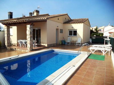 Photo for Single storey house with pool L'Escala at 1200 m from the beach. Wifi free