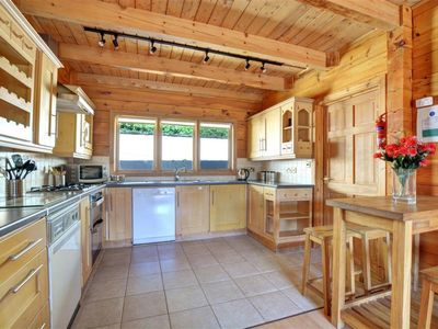Photo for 3 bedroom Villa, sleeps 8 with FREE WiFi and Walk to Shops