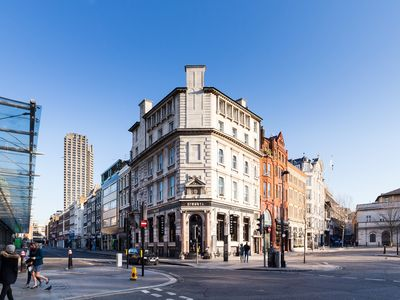Photo for Charming Apartment minutes walk from St Paul's Cathedral!
