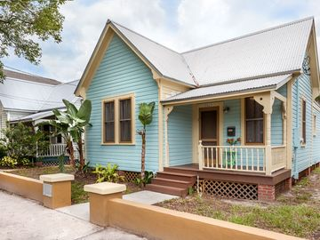 Adorable 2/1 in Tampa, FL. Sleeps up to 6. Minutes to Ybor, Downtown Tampa