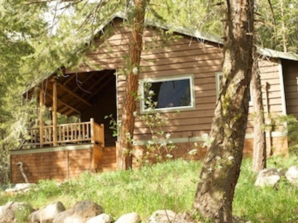 Fawn creek hideaway in mazama 1960 39 s 2 bdrm 2 bath log for Winthrop cabin rentals