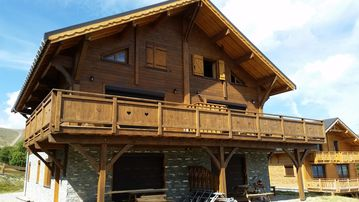 Brand new wooden-beam chalet at the foot of the slopes facing south - Accommodation for 8-9 people in both Marmottes and Flocon