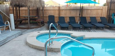 Pool/ spa tiki hut w/ bench seating & pool deck 6 loungers