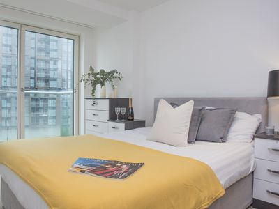 Photo for Luxury 3 Bed 2 Bath Penthouse in Heart of Canary Wharf