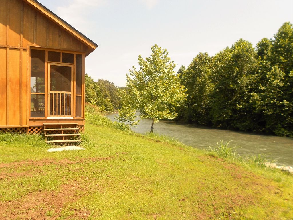 two bedroom cabin on the edge on the beautiful spring