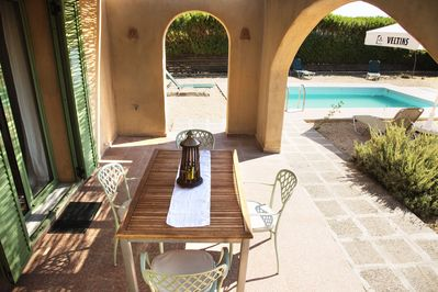 Villa Faedra outdoor dining area and pool view