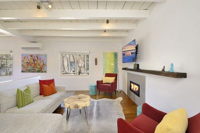 Living room with gas fireplace - HDTV Smart TV