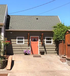 Kelly's Cottage - A Modern Guest House in SE Portland and near downtown!