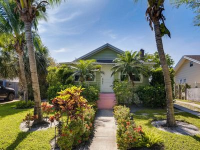 Photo for Beautiful family-style home with large backyard and private pool, minutes from the beach