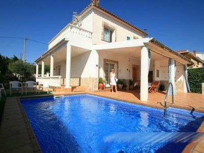 Photo for Beautiful holiday villa with pool on the Costa Brava