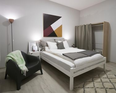 Bedroom with queen size bed, equiped with TV, WiFi, wardrobe...
