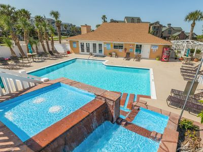 Photo for Bright, clean condo w/ shared pool - near must-see attractions, walk to beach!