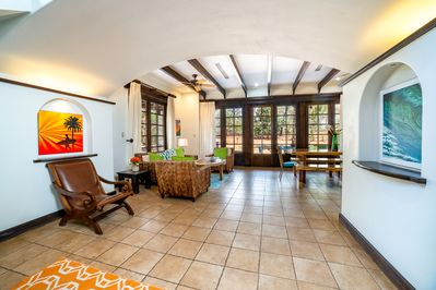 Beautiful and spacious entryway to the villa