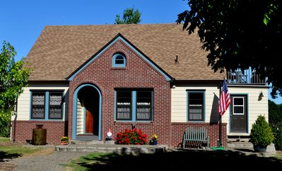 Twin Oaks Cottage is on a hill above a City park and bike path in Wilsonville.