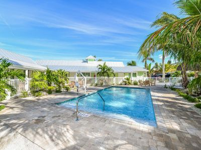 Photo for Tropical Breeze Resort - Pool View. Full Kitchen. Sleeps 4 in Beds. Best Location - 1/2 Block to Siesta Key Beach and Village District. AMAZING Amenities Included