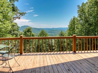 Dog-friendly, mountain view cabin w/fireplace, gas grill, pool table & firepit