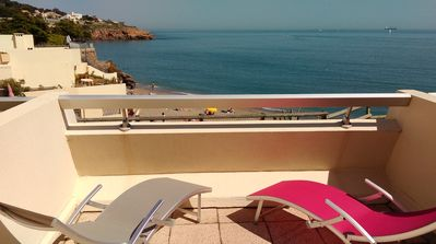 Photo for Quiet studio facing the sea, large terrace just above the beach