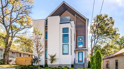Photo for 4 BR * 4.5 BA, Luxury 5 STAR home with roof top deck view of Nashville!