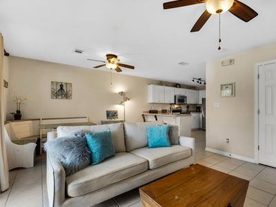 Photo for Delightful condo with shared pool close to the beach.