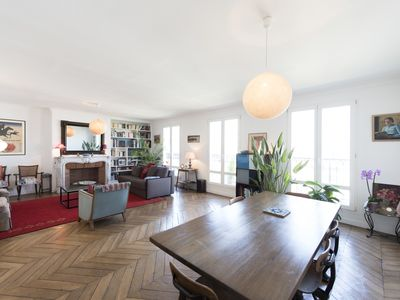 Lovely bright apartment in a tree-lined Boulevard in the heart of Paris (Veeve)