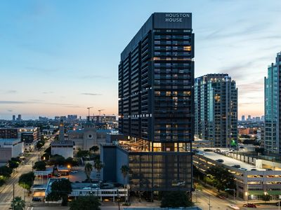 Photo for Cozy, high-rise apartment w/ stunning city views - shared pool, gym & more!