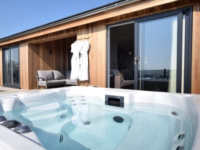 Relax in the wonderful private hot tub and admire the views over the splendid Firth of Forth