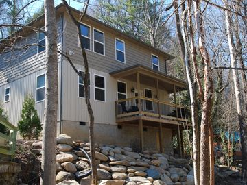 Great Location- On the River- Easy walk into town!