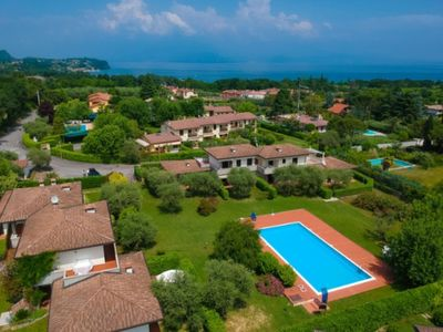Photo for Villetta Giuly head to two steps from the lake in a residence with swimming pool