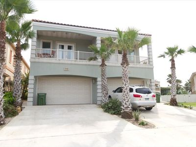 Beautiful Town Home Under 2 minutes to the beach!