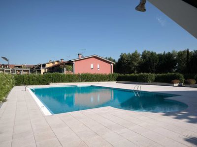 Photo for Apartment for four people in a residence with swimming pool in Desenzano del Garda