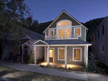 Luxurious 4BR Home-1 Block (150 Steps!) from the Gondola!