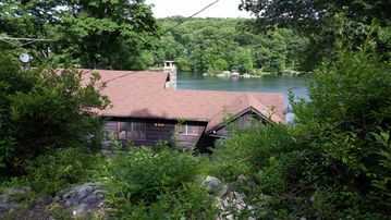 Beautiful Lakefront Mountain Home 3 BR/2BA on Highland Lakes near Mountain Creek
