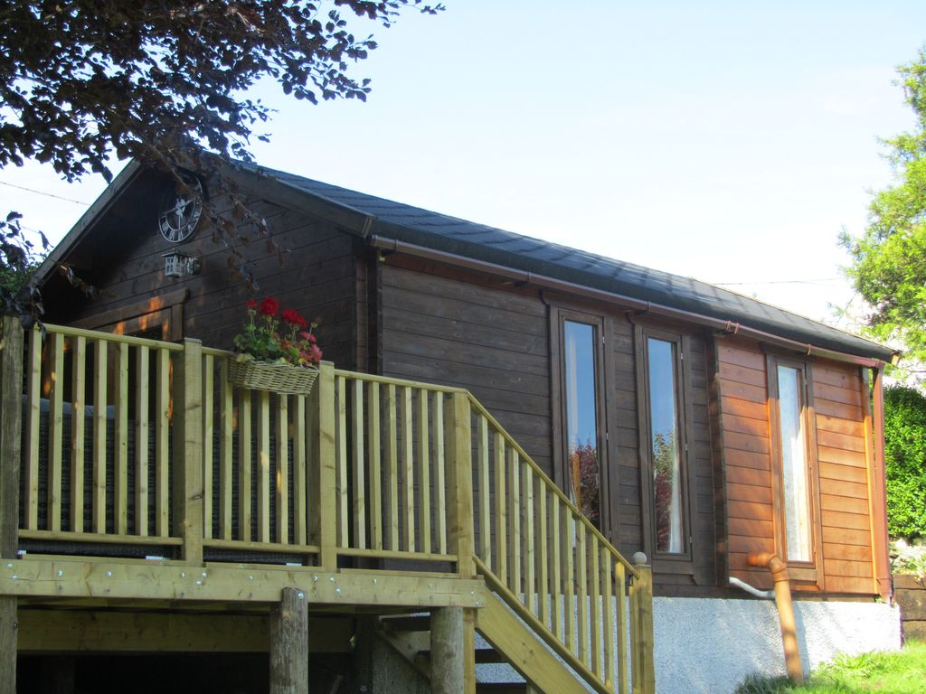 Romantic Log cabin, eco, broadband, 4 poster bed and private hot tub  -  Boncath