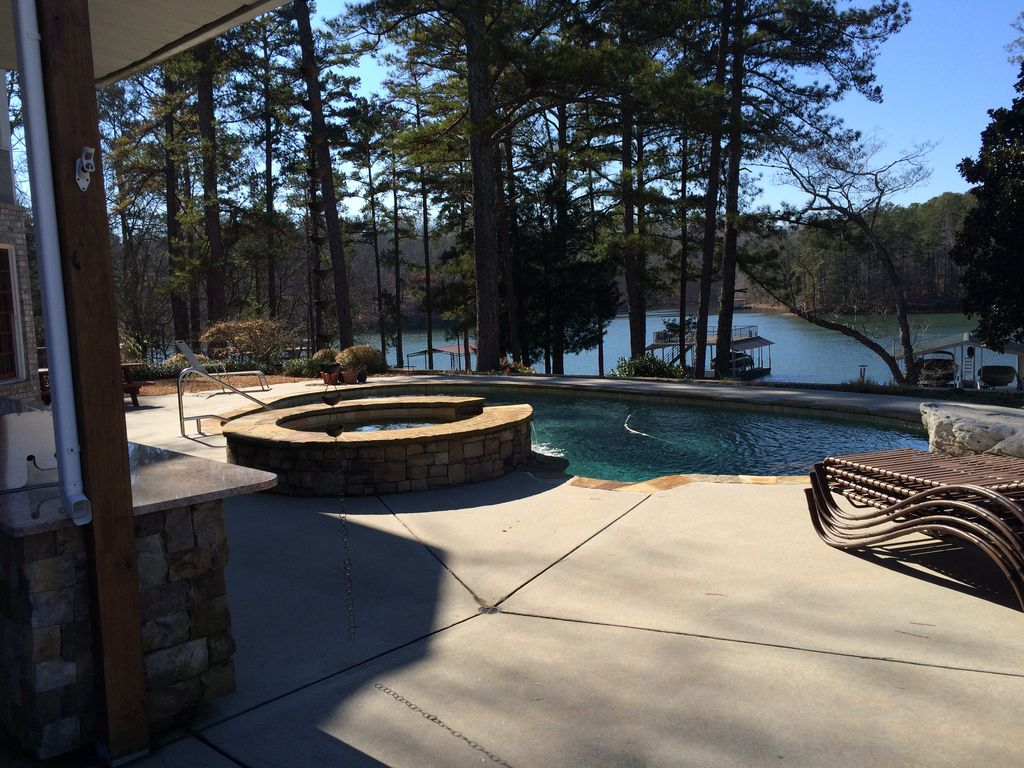 Family friendly 3 000 sq ft lake front terrace level of for 300 lake terrace
