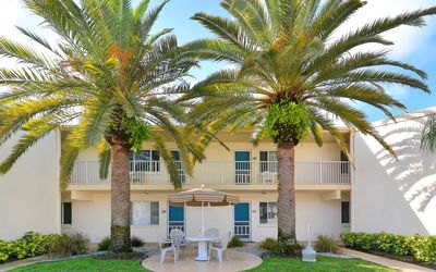 Photo for Budget friendly one bedroom Gulf side-steps to beach- Private beach w/chairs!