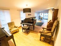 Lovely, perfectly located apartment with grand piano