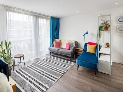 Photo for Chic 2 bed, 2 bath apartment w/ balcony in Angel