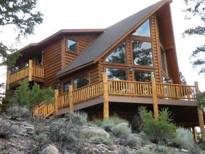 Grinning Bear Lodge at Twin Lakes offers beautiful mountain views