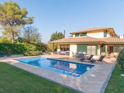 Photo for Detached villa on beautiful golf resort with large garden, near Figueras