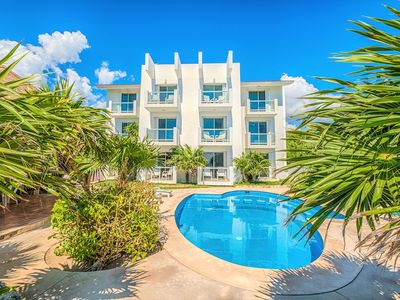 Photo for Cozy condo On Beach with Pool, perfect for families - Wifi, AC