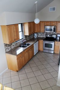 Fully Equipped Kitchen - granite/stainless, icemaker, dishwasher, disposal