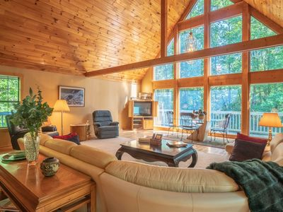 Cozy family Chalet in the Woods on a stream and only short drive to Helen, Ga 3 bedrooms and 2 baths