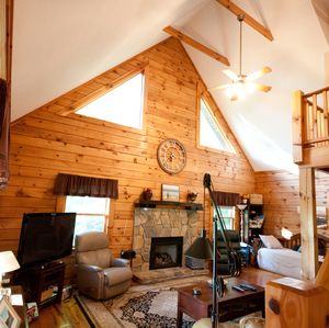 Photo for 3 Bedrooms, 2½ baths, 1562 sqft (Sleeps 8) mountain cabin