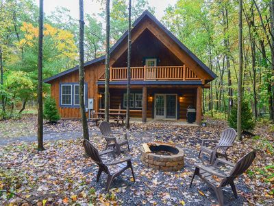 Charming log cabin, wheelchair accessible, w/ indoor hot tub & game tables!
