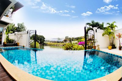 Private swimmingpool with overflow