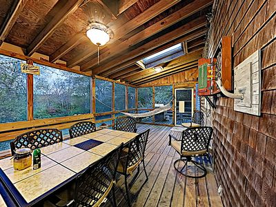 Porch - A spacious screened-in porch (off the dining area) offers a fantastic spot for group meals
