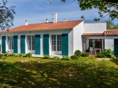 Photo for Detached home with private garden on Île de Ré, 5 minutes away from beaches!